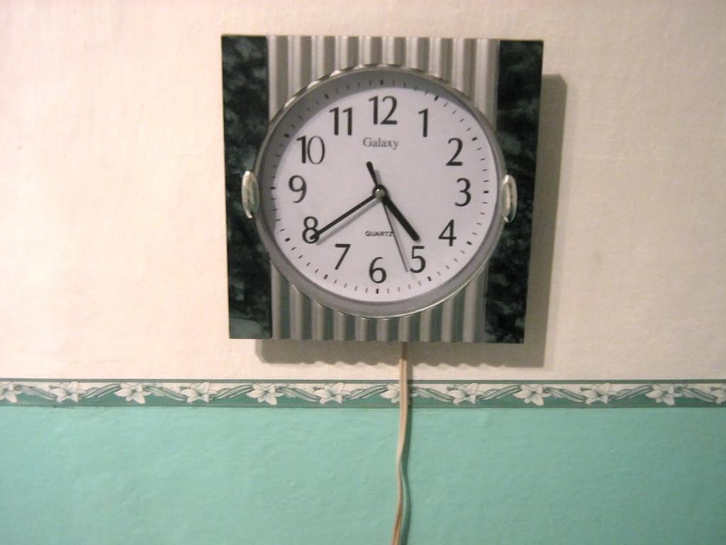 У всех дома висят китайские электро-механические часы с питанием от пальчиковой батарейки 1,5 вольт.